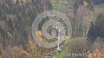 Drahtseilbahn in den Bergen von Bayern stock footage