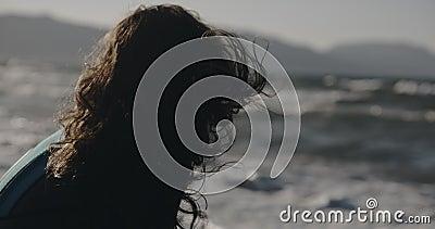 Dramático retrato femenino mujer de pie de vuelta a la cámara Filmado en cámara de cine, color de 12 bits metrajes