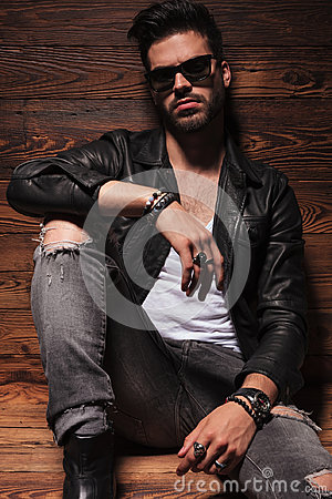 Free Dramatic Fashion Man In Leather Jacket And Sunglasses  Sitting Stock Photography - 95487212