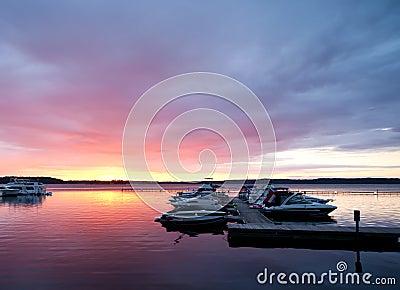 Dramatische dageraad op St. Lawrence River, de V.S.