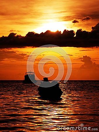 Dramatische warme zonsondergang