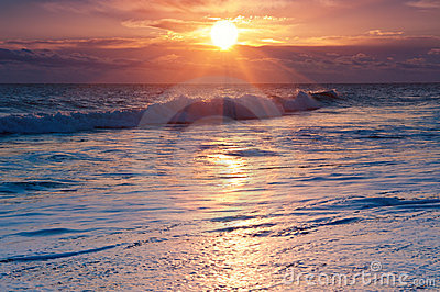 Dramatiskt hav över soluppgångbränningen