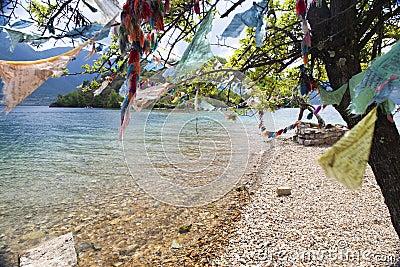 Drapeaux de prière près de lac turquoise