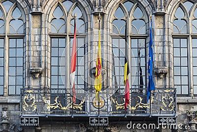drapeaux sur la fa ade d 39 h tel de ville mons belgique photo libre de droits image 33155885. Black Bedroom Furniture Sets. Home Design Ideas