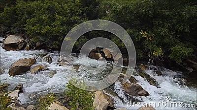 Drastische Flusssteine und ragging Nebenfluss stock video footage