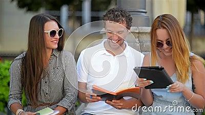Zwei Mädchen sind erfreulich, die glücklichen Kerl