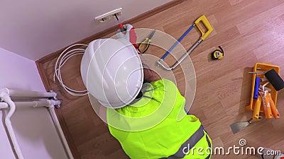 Draufsicht über die Frau elektrisch mit Schraubenzieher nahe Wand stock footage