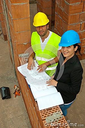 Draufsicht der Architekten mit Plänen