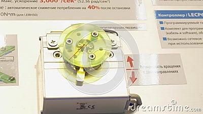 Drehender Mechanismus media Mechanismus dreht sich in zwei Richtungen mit hoher Genauigkeit stock video