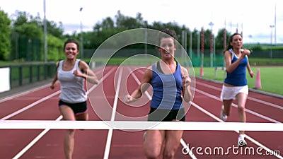 Drei Athleten, die in Richtung zur Ziellinie laufen stock video footage