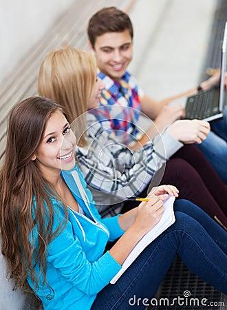 Drei junge Freunde, die zusammen sitzen