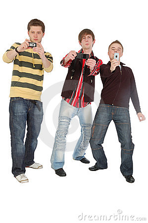 Drei Jungen, die etwas auf Handy schießen