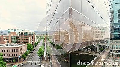 Dreieckiges Gebäude in Boise Idaho mit einzigartigen Reflexionen in den Fenstern stock video