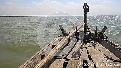 Drewniana łódź na rzece Jamuna niedaleko Bogry, Bangladesz zbiory