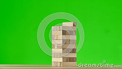 Drewniany łamigłówki jenga gromadzenie się w wysoki wierza Zatrzymuje ruch, zieleń ekran zdjęcie wideo