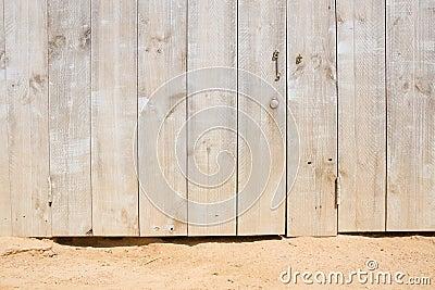 Drewniany drzwi na piaskowatej plaży
