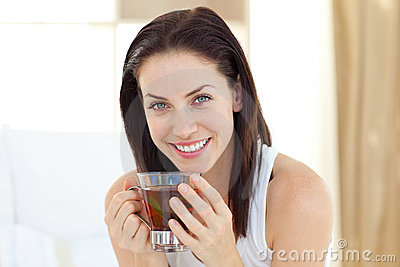 Dricka teakvinna för brunett
