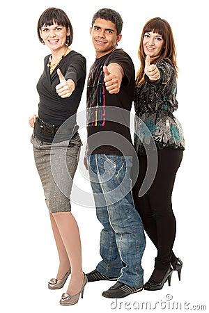 Drie gelukkige vrienden met omhoog duimen