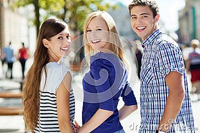 Drie jonge mensen het glimlachen