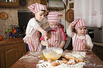 Drie kleine chef-koks in de keuken