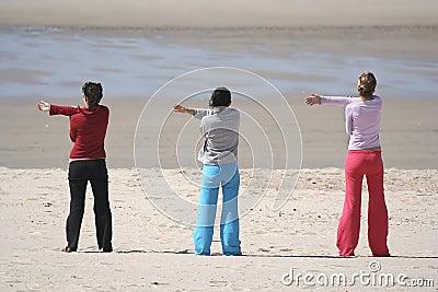 Drie meisjes in het strand