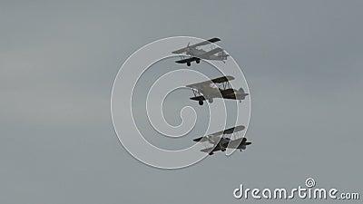 Drie vliegtuigen die in vorming vliegen stock videobeelden