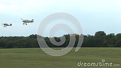 Drie vliegtuigenstart op een gebied stock footage