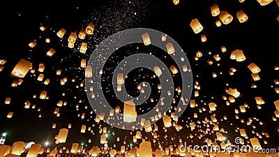 Drijvende lantaarns in Yee Peng Festival, Loy Krathong-viering in Chiangmai, Thailand Mening van de Uprisen de brede hoek stock videobeelden
