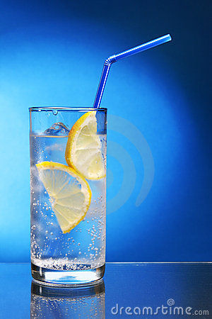 Drink with ice and lemon