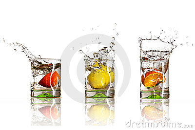 Drinks with splashing citrus fruits