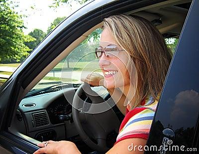 Driver grazioso della donna