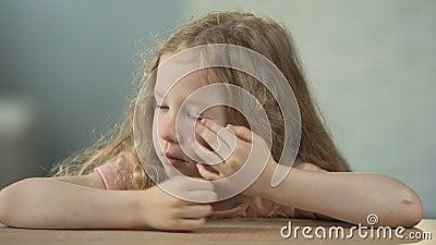 Droevige meisjezitting bij de lijst en het schreeuwen, het misbruik van kinderen, eenzaamheid stock video