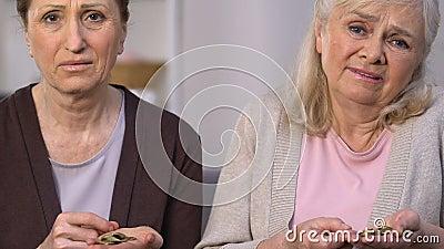 Droevige oude vrouwen die laatste muntstukken, sociaal onzekerheidsslachtoffer tellen van financiële crisis stock videobeelden