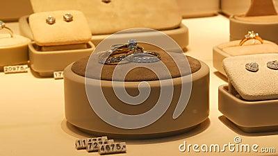 Droga elitarna biżuteria na ladzie sklepu jubilerskiego Różne diamenty, szafiry, białe złoto w kolczykach, bransoletki zdjęcie wideo