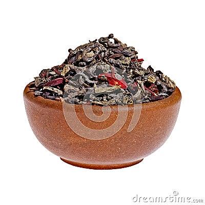 Droge bessen groene thee in een kleikop