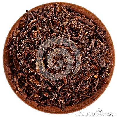 Droge zwarte thee in een kleikop van hierboven