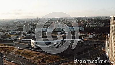 Drohne, die während des majestätischen Sonnenaufgangs am klaren Herbsttag um das Minsk Arena-Stadion fliegt stock footage