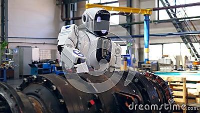 Droid benutzt ein Bohrgerät, um Metallausrüstung zu verarbeiten stock video