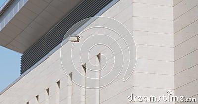 Dron con un paquete volando por el área de la ciudad de negocios metrajes