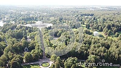 Drone aéreo atirado para o Palácio de Pavlovsk, templo imperial russo da Amizade o pavilhão rotunda de Pavlovsk vídeos de arquivo