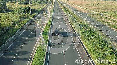 drone cinematografico girato in strada con palme e macchine da cavalcare Autobus e motociclette in autostrada video d archivio