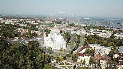 Drone de vista superior da Praça Yakornaya na Catedral Naval de São Nicolau em Kronstadt é um ortodoxo russo video estoque