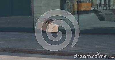 Drone dostarczanie ważnych pakietów do centrum biznesowego zbiory wideo