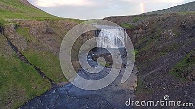 Drone loty lotnicze w kierunku wodospadu w górach, n zdjęcie wideo
