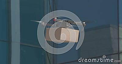 Drone lyfta upp kartongpaketet i tom stad arkivfilmer