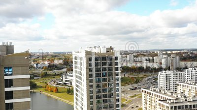 Drone vliegt over de Nationale Bibliotheek van Wit-Rusland, Minsk Bekend landschap en appartementencomplexen in aanbouw stock videobeelden