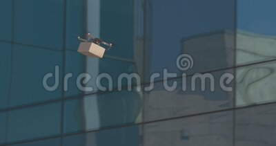 Drone z paczką pocztową latającą przez szklane budynki zbiory