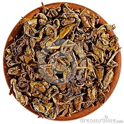 Droog hierboven groene thee in een kleikop van