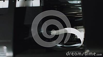 Drucken von Druckpapier, Arbeiten, Ausdrucken von Wörtern Übersetzung: 'Unterschrift, Datum, Staat' stock video footage
