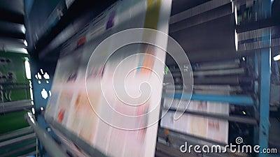 Druk van krant in een groot bedrag Het proces van compensatie en broodjesdruk stock videobeelden